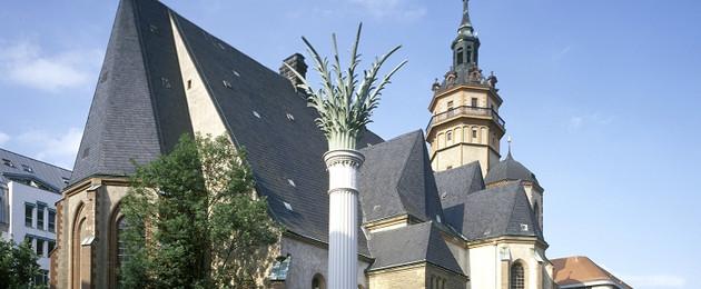 Blick auf die Nikolaikirche und die Palmensäule