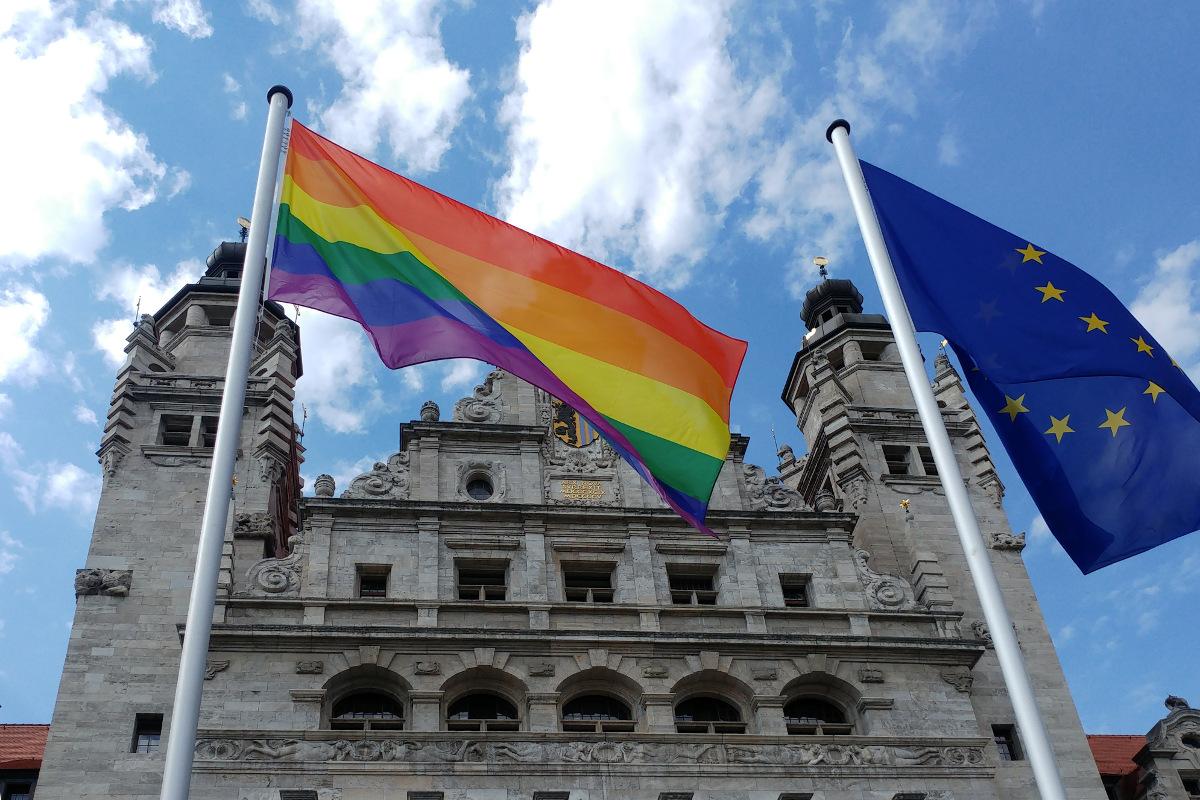 Regenbogenflagge vor dem Neuen Rathaus als Zeichen für Vielfalt